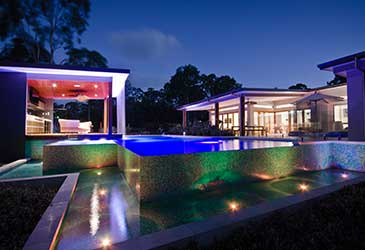 This pool design also features a pool house wich expands your entertainment area.